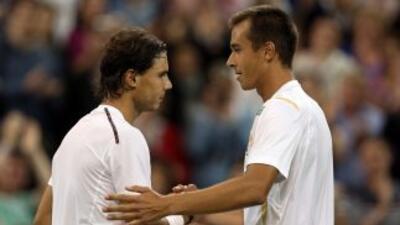 Rosol y Nadal se saludan al final de partido.