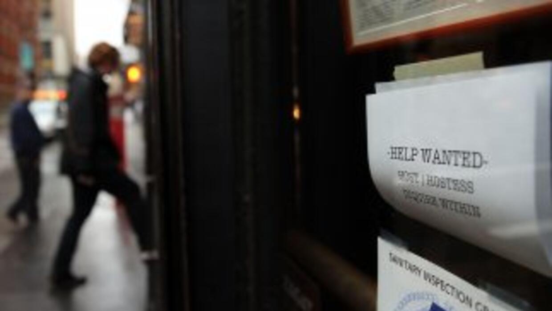 Las solicitudes de beneficios por desempleo retrocedieron más que lo esp...