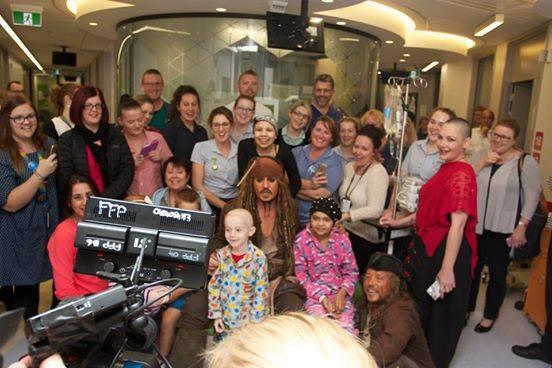 Johnny Depp visita a niños con cáncer vestido de Jack Sparrow 11059383_1...