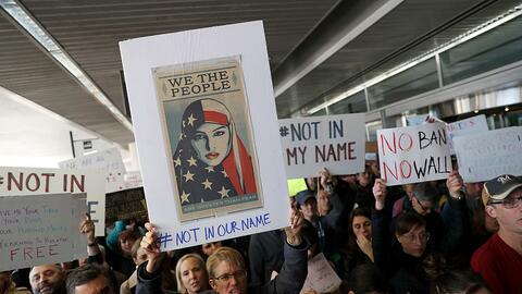 Manifestantes durante una protesta en el Aeropuerto de San Francisco en...