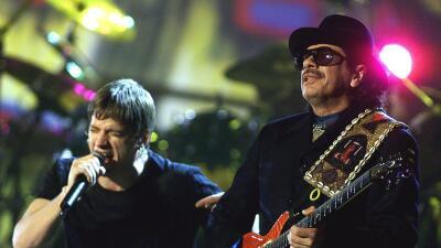 LOS ANGELES, UNITED STATES: Carlos Santana (R) and Rob Thomas perform du...