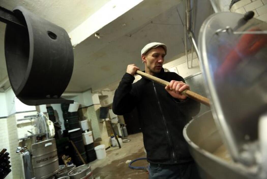 Johannes Heidenpeter, propietario de la cervecería Heidenpeters, agita l...