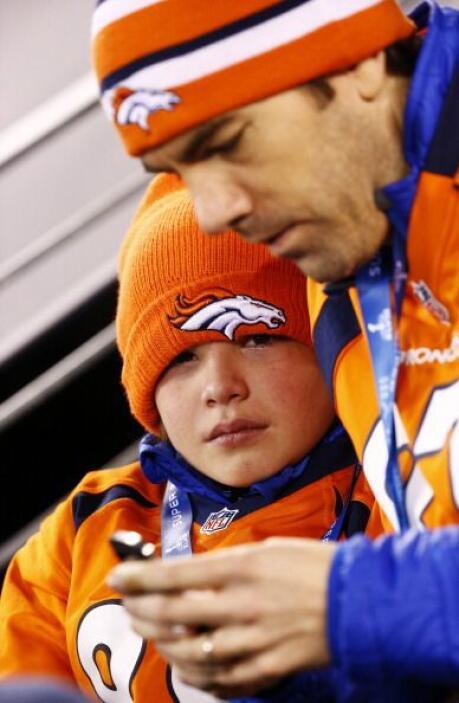 Un fan de los Broncos de Denver muestra su decepción ante la derrota de...