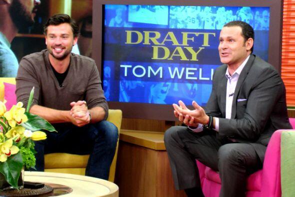 Tom estaba muy divertido y rodeado de mucho público.
