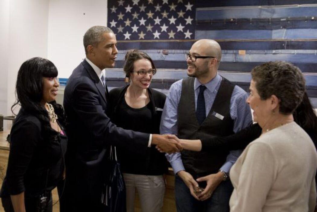Tras pagar el presidente se tomó fotos con los trabajadores de la tienda...