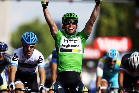 Al llegar a la meta, Cavendish levantó los brazos por delante del norueg...