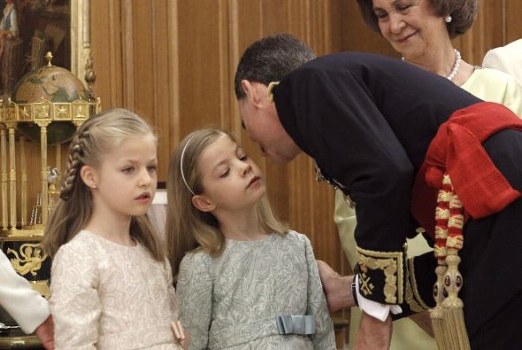 El rey besa a su benjamina.