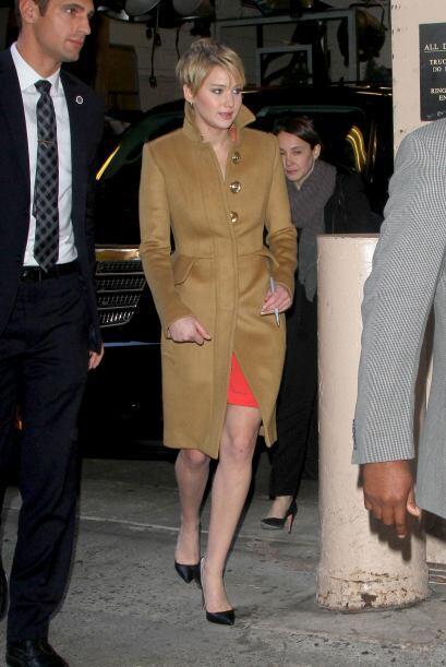 Un abrigo que sí nos gustó fue este en color 'caqui' que usó Jennifer La...
