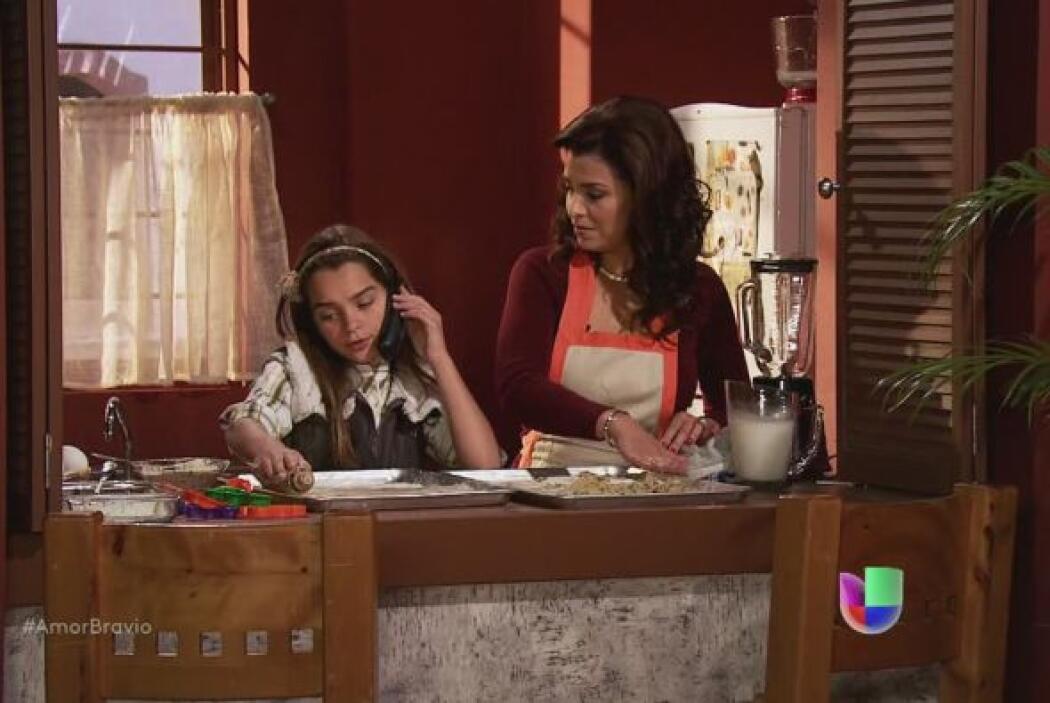 Ana no quiere irse de casa de Miriam, le pide a su padre que le permita...