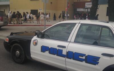 Una patrulla custodia la escuela donde el 10 de mayo ocurrió la g...