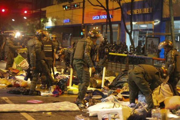Miembros de la Guardia Nacional Bolivariana (GNB) desmantelan un campame...