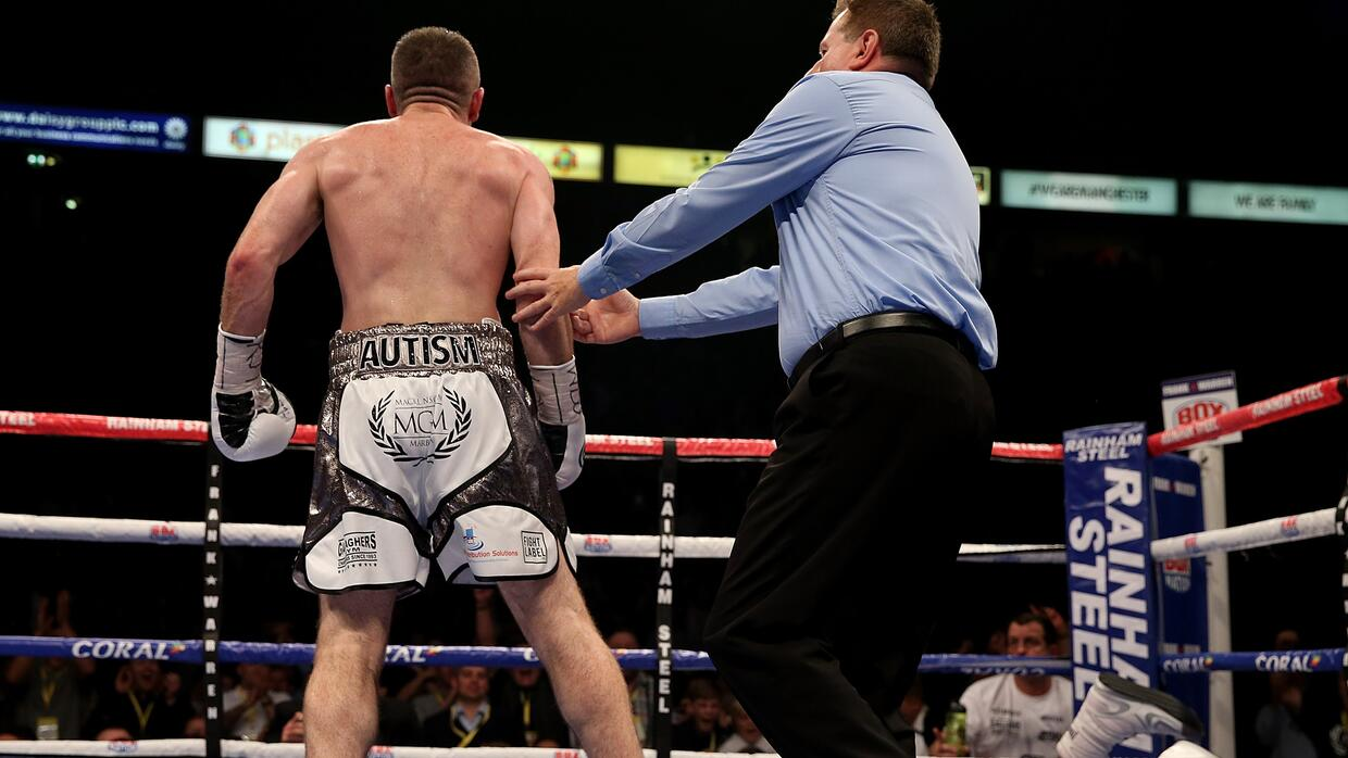 Liam Smith observa a Thompson noqueado en la lona.