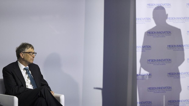 Bill Gates mira al presidente Obama en una conferencia en París.
