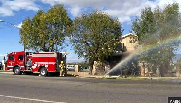 En esta imagen tomada de un video proporcionado por KMIR-TV, bomberos lu...