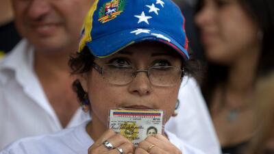 Una mujer que participó con su firma para iniciar el referendo revocator...