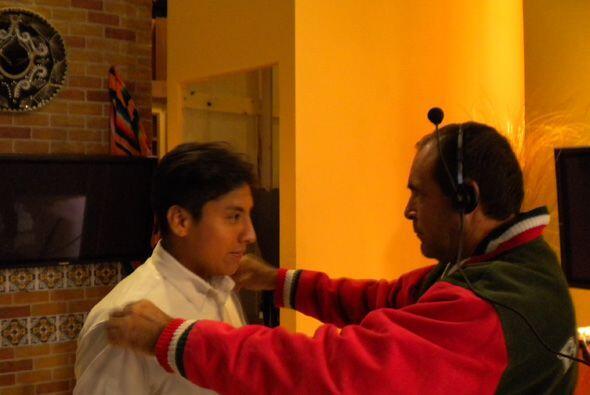 El personal de la producción le dio consejos a Felipe de como se debe tr...