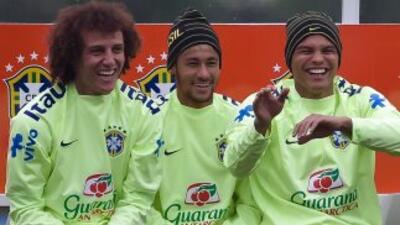 Neymar, al centro junto a David Luiz y Thiago Silva, apuesta por el títu...