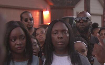 Familiares de un joven que fue herido por un policía fuera de servicio p...