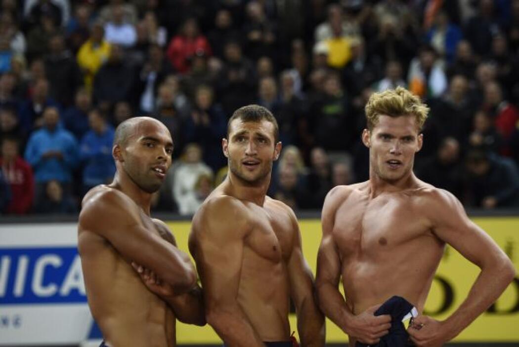 Los francéses Gael Querin, Florian Geffrouais y Kevin Mayer posan despué...