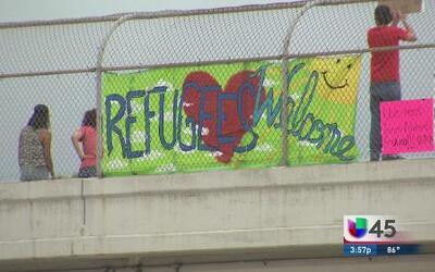 Manifestación a favor y en contra de niños indocumentados