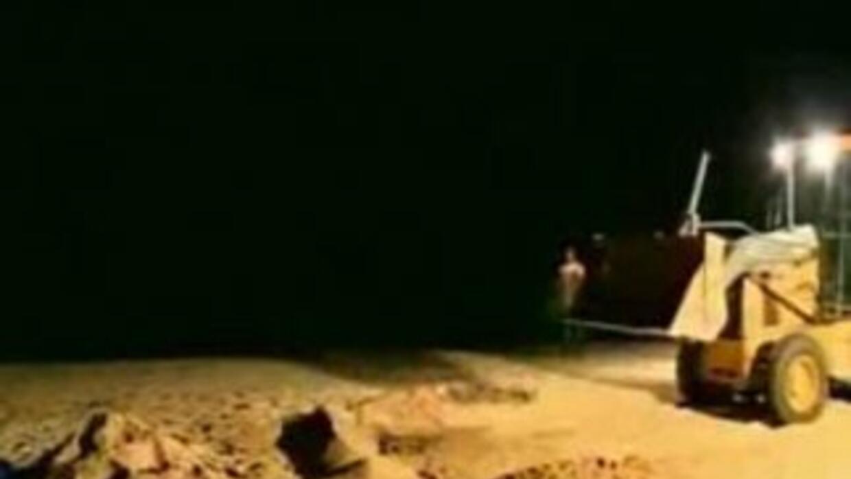 Los bomberos usaron una grúa excavadora para sacar a la víctima del hoyo...