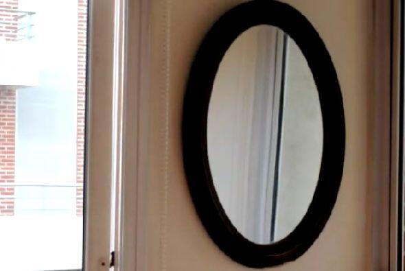 Colocarás un espejo redondo encima de la franela roja. Pondrás la mano d...