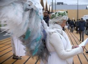 Una activista disfrazada de ángel en la COP21