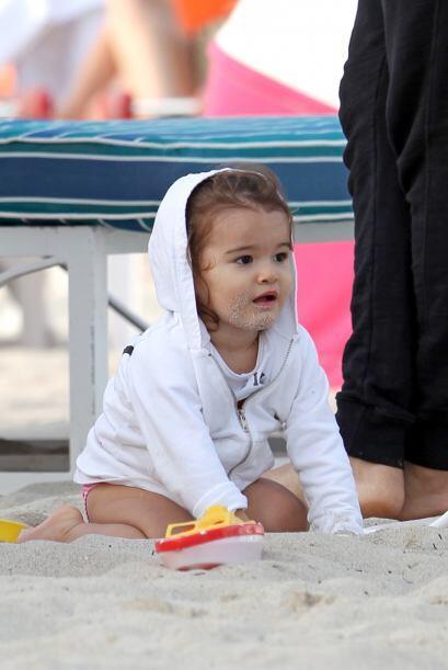 La pequeña Erin estuvo muy juguetona en la playa de Miami.