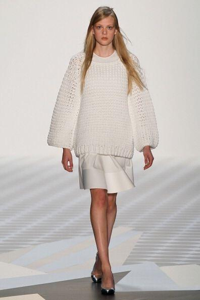 Si eres una chica alta y quieres llevar un suéter que te haga ver...