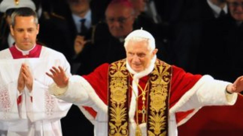 Benedicto XVI se unió al final a la procesión, mientras la cruz fue carg...