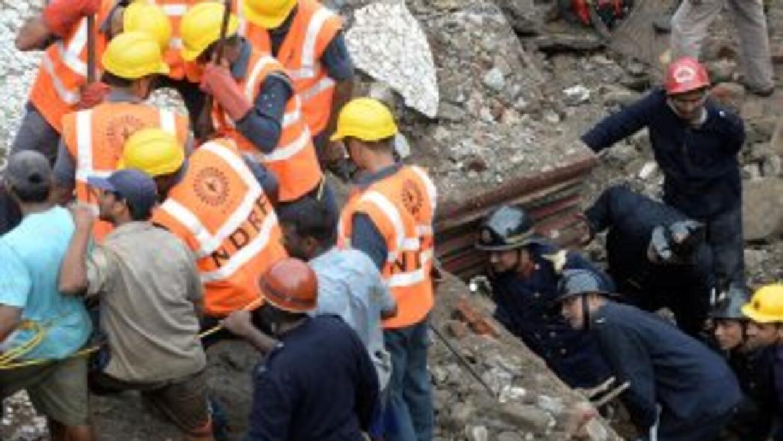 Unas 60 personas podrían estar bajo los escombros del edificio de cinco...