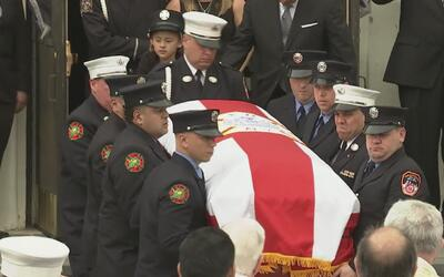 Uniformados del todo el país le dieron el último adiós al bombero que mu...