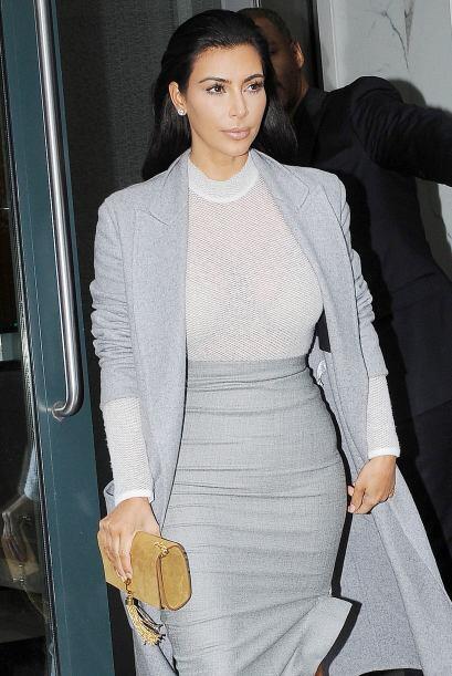 Su 'outfit' consistió en una entallada falda tipo lápiz, la que combinó...