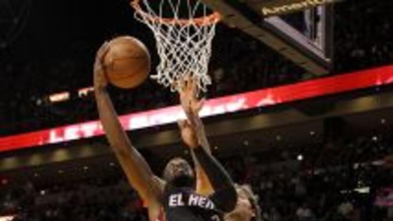 Dwyane Wade #3, el jugador estrella de los Heat de Miami, anotó 20 punto...