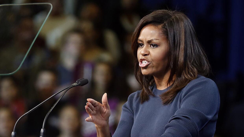 La primera dama Michelle Obama habla durante un acto de campaña p...