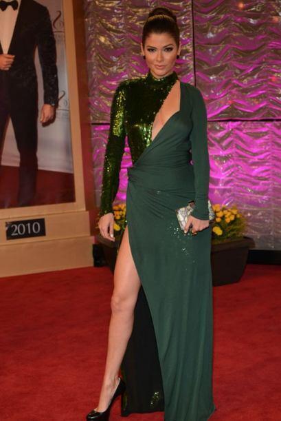 Ana Patricia González modeló un vestido verde oscuro con partes metaliza...