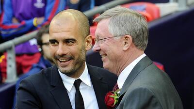 Ferguson y Guardiola se saludan durante un enfrentamiento de Champions.