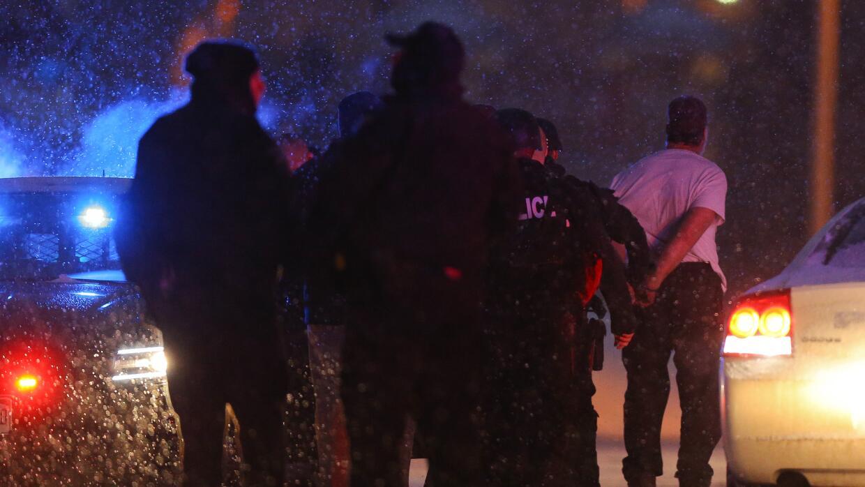 Autoridades escoltan a sospechoso tras tiroteo en Colorado Springs.