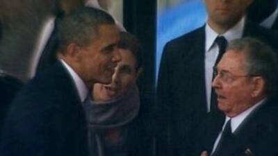 Barack Obama y Raúl Castro en los funerales de Nelson Mandela, en Johane...