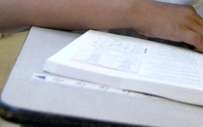 En video queda registrado cuando un estudiante golpea a otro y salta enc...