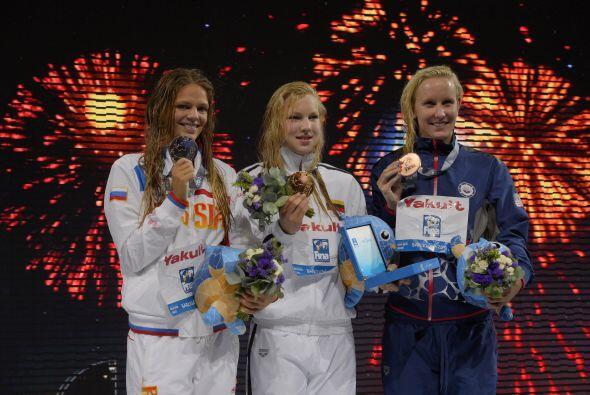 Segunda entró la rusa Yulia Efimova, con 1:05.02, y tercera la estadouni...