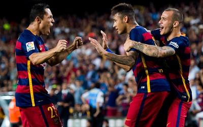 Neymar es felicitado por su compañeros tras marcar con el Barcelona.