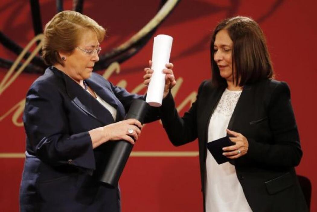 La poetisa cubana Reina María Rodríguez recibió de manos de la president...