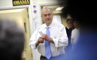 Harris Wofford hizo campaña política por Obama en el 2008.