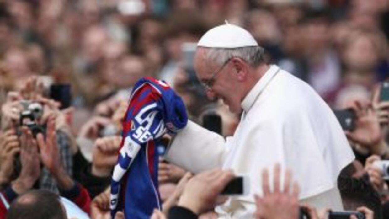 El Papa Francisco recibe una camiseta del club de fútbol argentino San L...