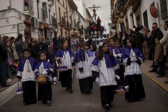 Otros niños participan en las celebraciones de Semana Santa, como estos...