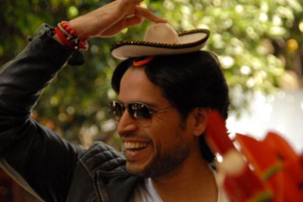 ¿Qué tal este sombrerito? Luis Carlos bromeaba con Ana.
