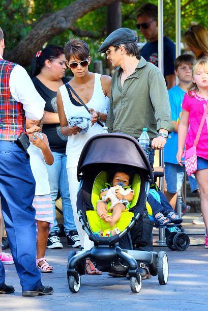 La actriz y Olivier Martinez pasaron un día feliz en Disneyland....