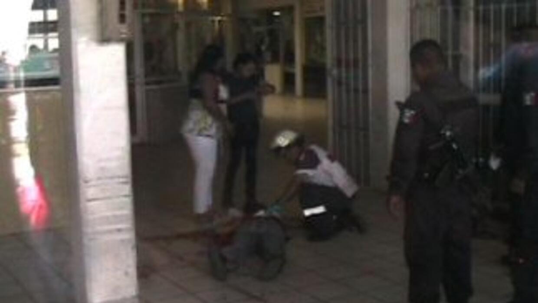 La mujer de 23 años recibió un disparo en la cabeza, luego la rociaron c...