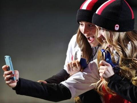 La medallista de oro Justine Dufour, de Canadá y la medallista de plata...